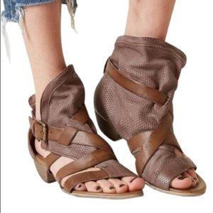 NWB Miz Mooz Brown Tan  Sandals Shoes